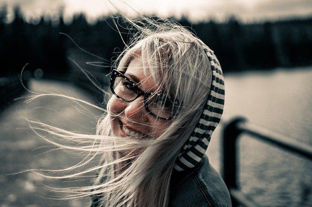žena, brýle, vlasy ve větru