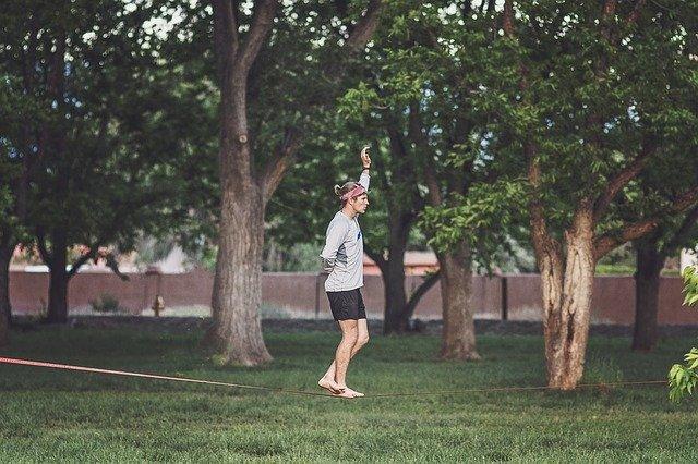 muž na laně