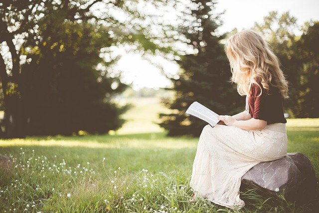 čtenářka na kameni