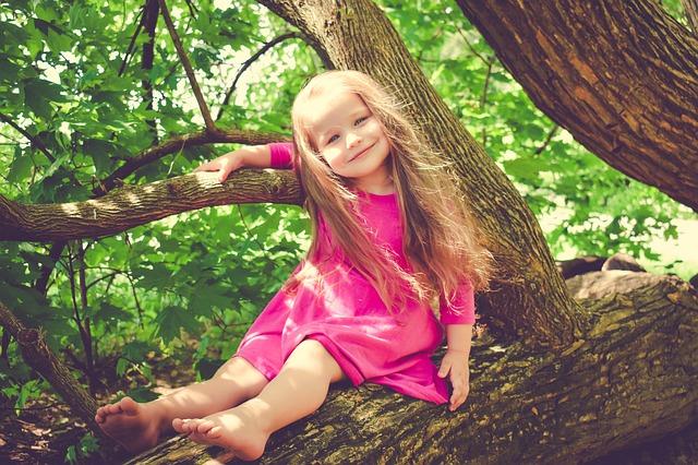 dívenka na stromě
