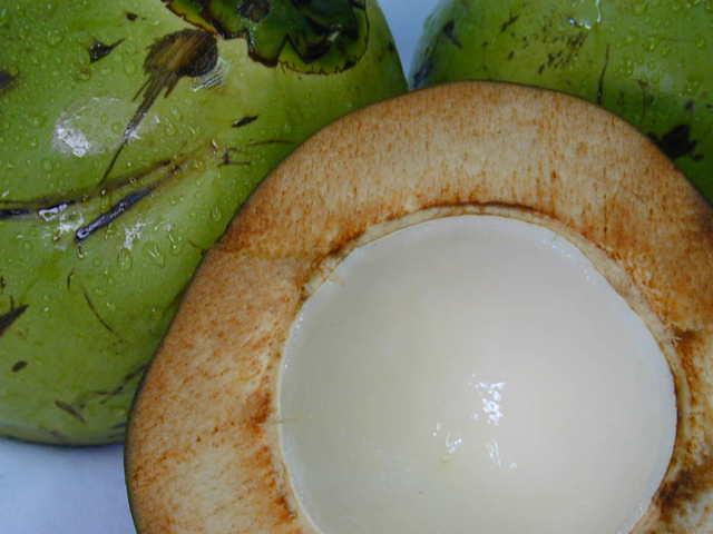 pohled zblízka na rozpůlený kokos