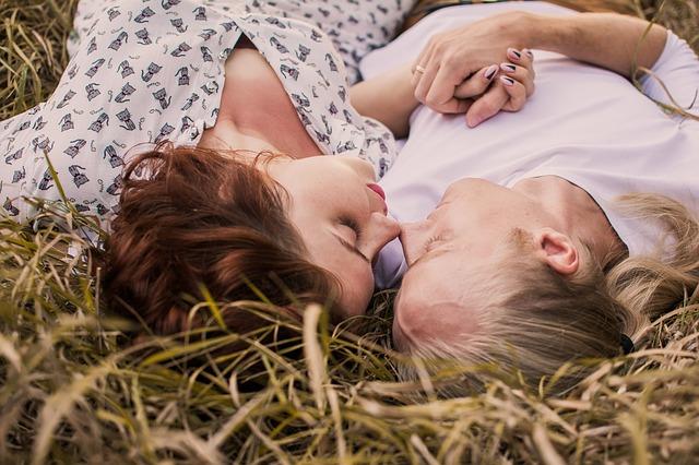 ležící pár