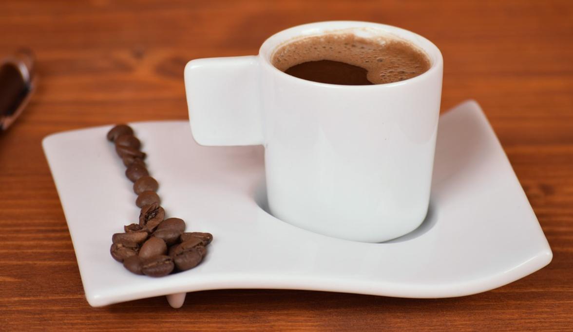 stůl a káva